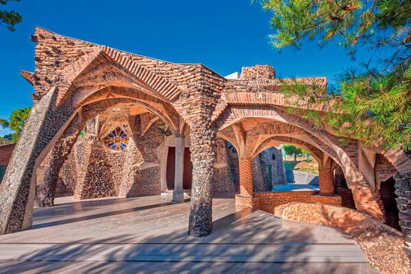 barcelona y gaudi cripta
