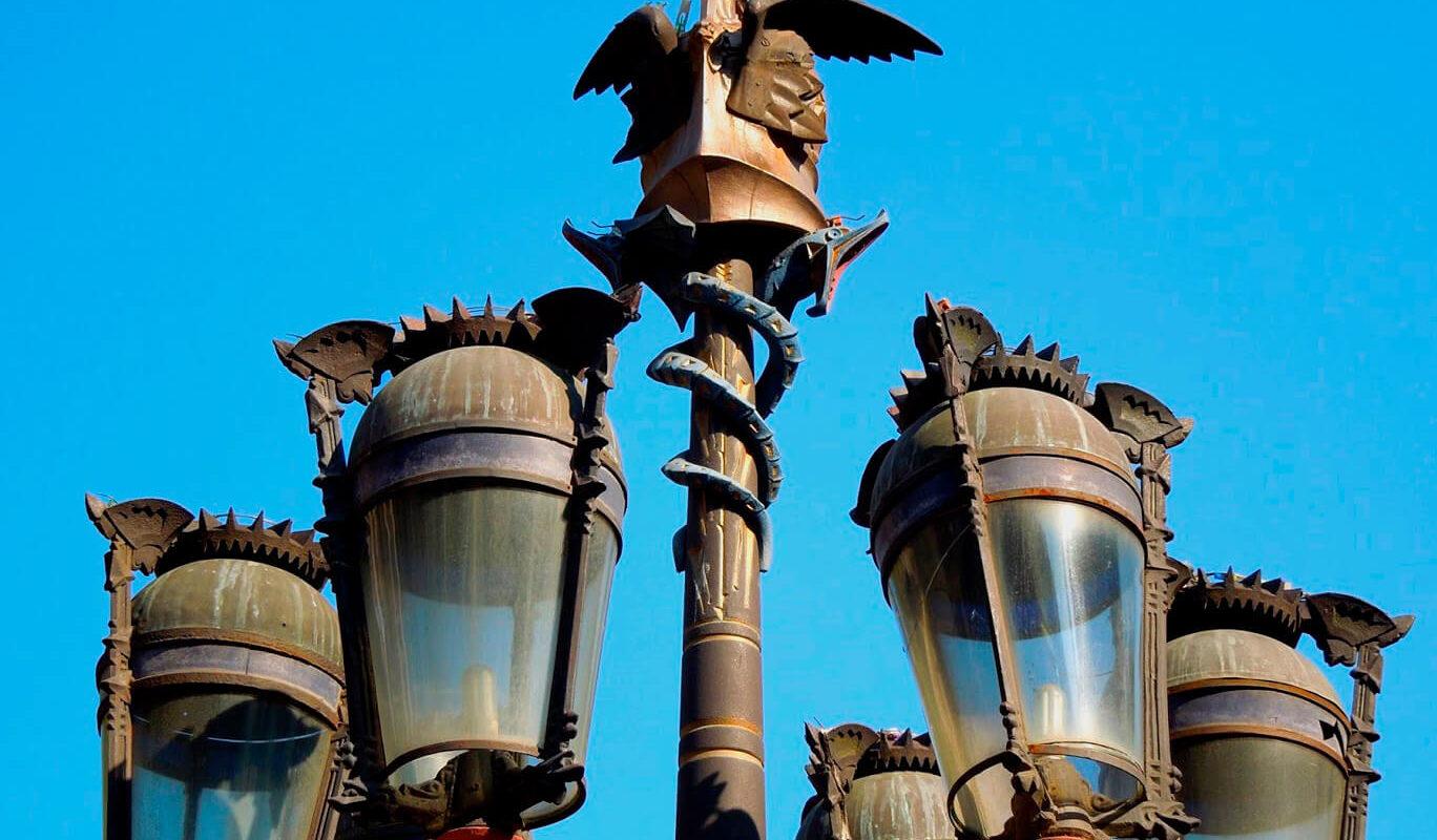 farolas de la plaza real en barcelona